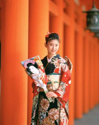 羽子板を持つ和服の女性