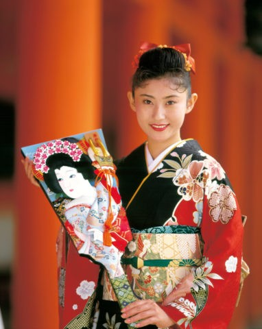羽子板を持つ和服の女性 京都