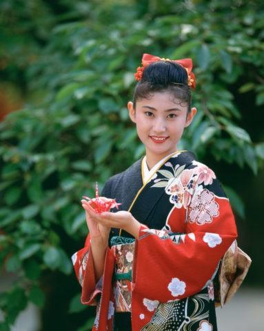 折鶴を持つ和服の女性 京都