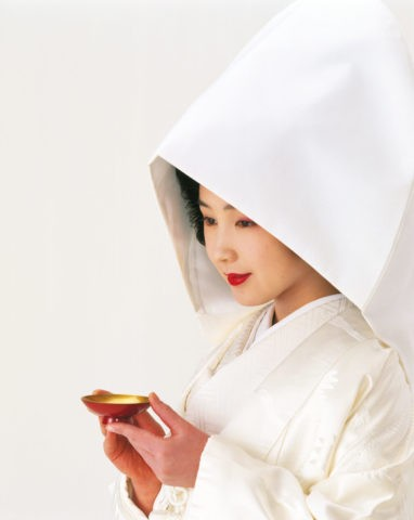杯を持つ綿帽子の花嫁