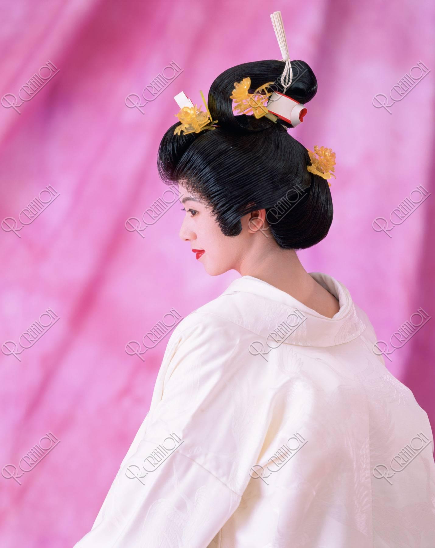 後姿で座っている白無垢の花嫁