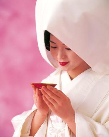 綿帽子で盃を持つ花嫁