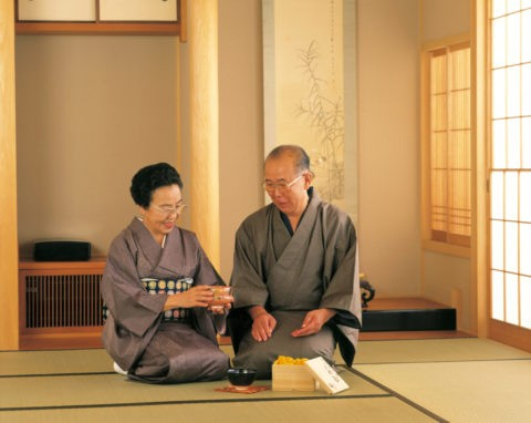 茶碗を見る60才代の夫婦