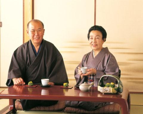 お茶を飲む60才代の夫婦