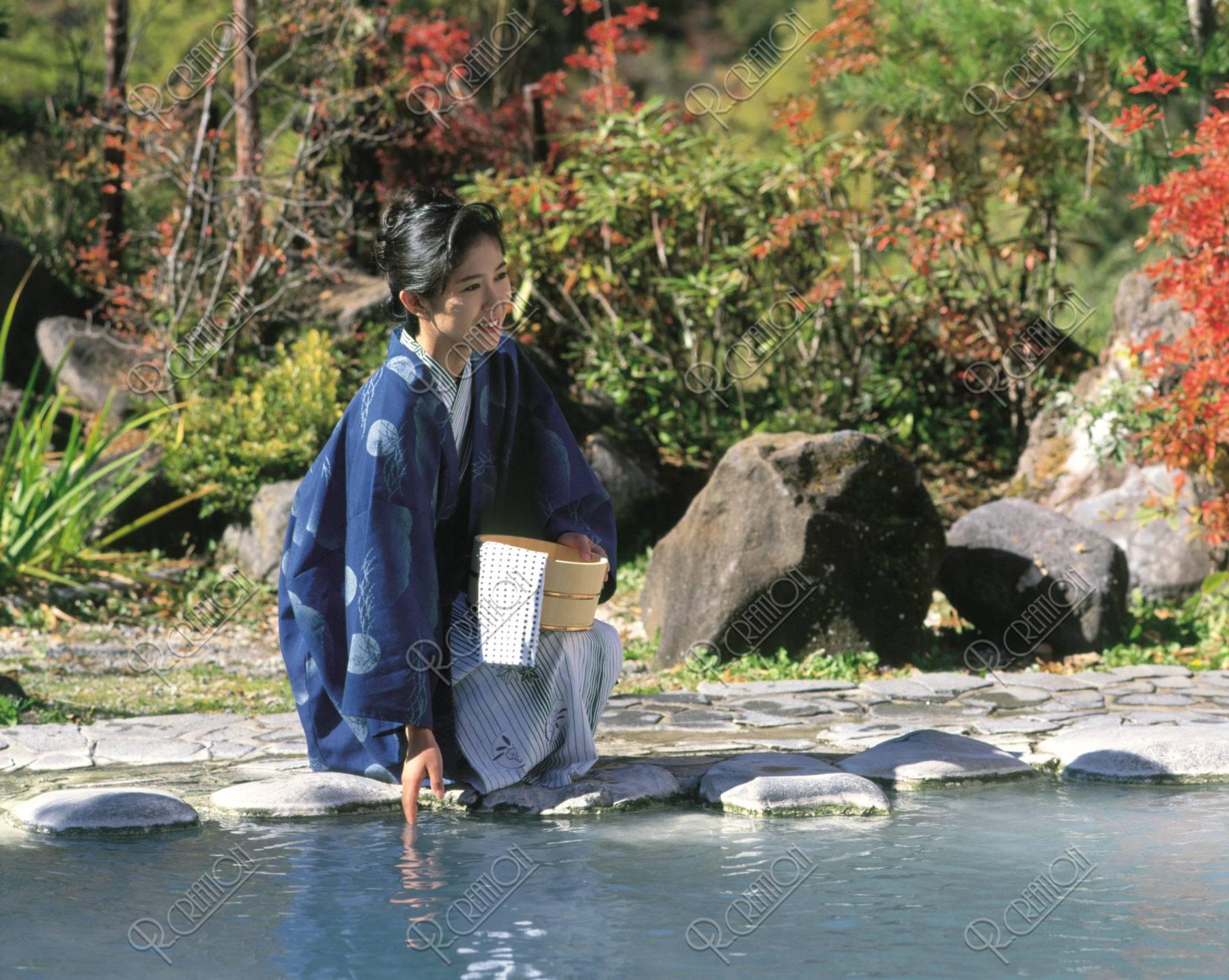 露天風呂と浴衣の女性