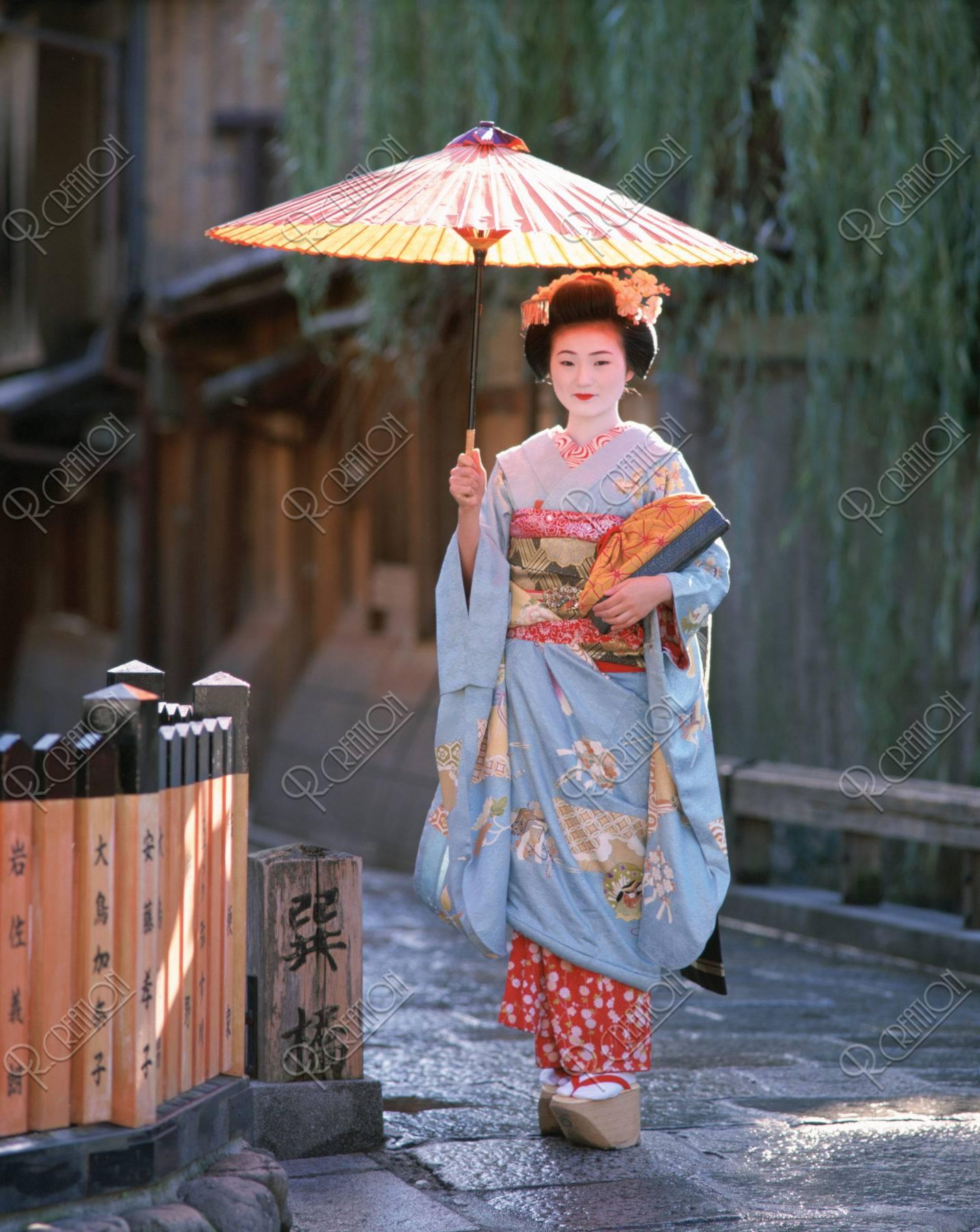 巽橋 傘をさす舞妓