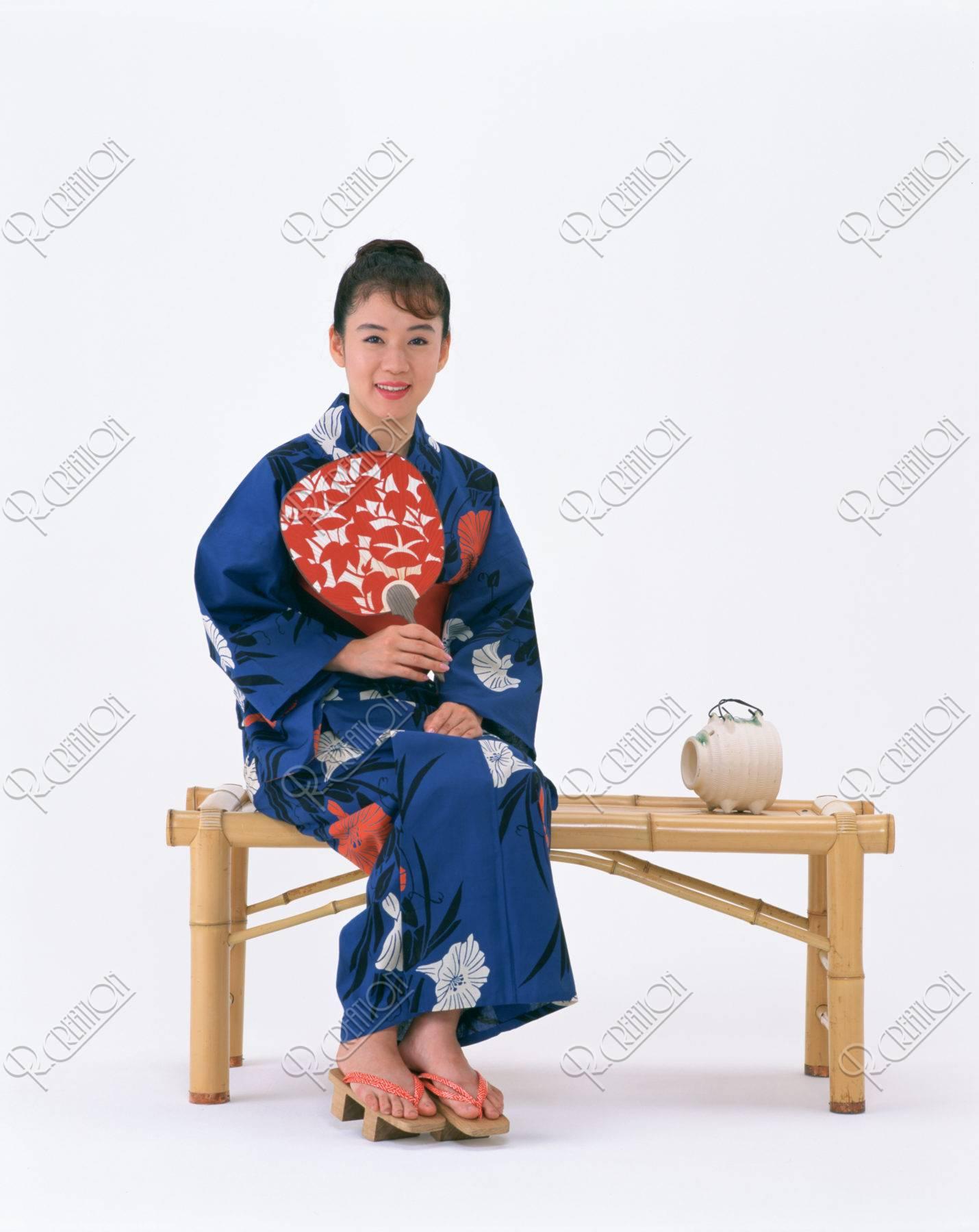 縁台に座る浴衣の女性