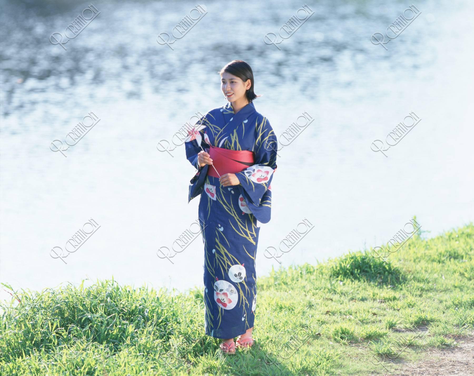 風車を持つ浴衣の女性