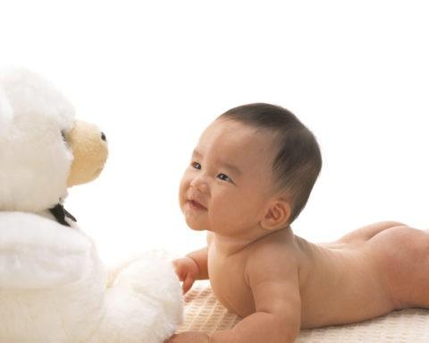 ぬいぐるみと裸の赤ちゃん