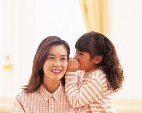 内緒話をしている母親と女の子