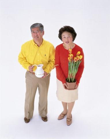 上から見た年配の夫婦
