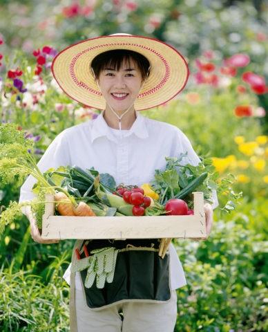 野菜を持つ女性