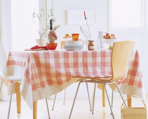 赤と白のチェックのテーブル