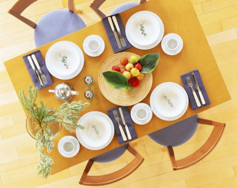 テーブルの上の白い皿とスモモ