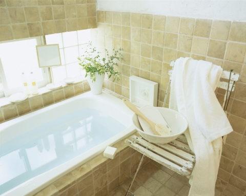 白い椅子のあるバスルーム