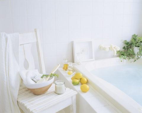 白い椅子とレモン