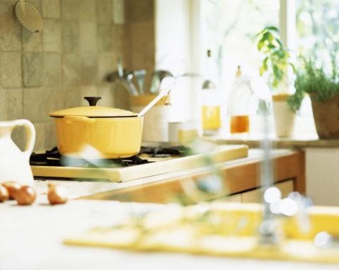 ガスコンロの上の黄色の鍋