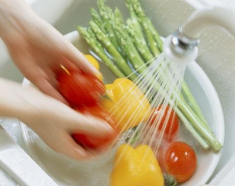 水で洗うトマト