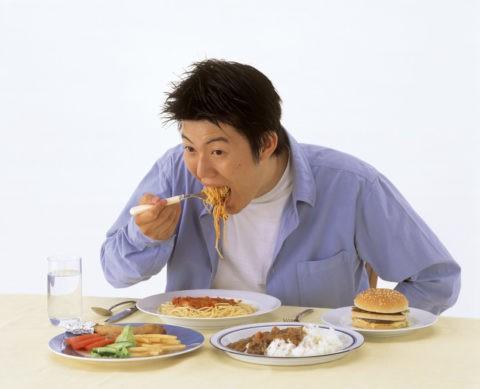 スパゲティを食べる若者