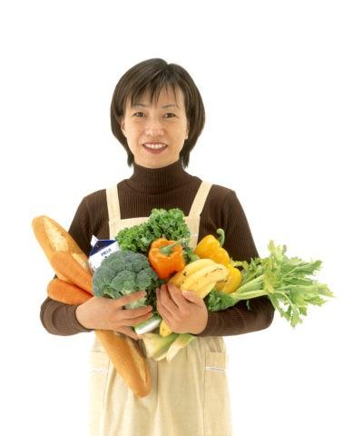野菜を持つ主婦