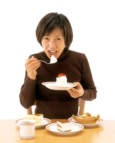 ケーキを食べるミセス