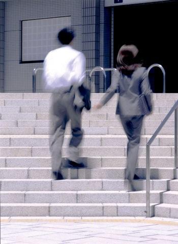 階段のビジネスの男女