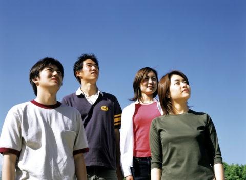 空を見上げる若者達
