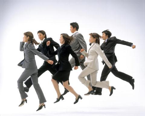 ジャンプするビジネスの男女