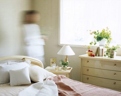 寝室と女性