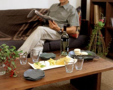 酒のあるテーブルと男性