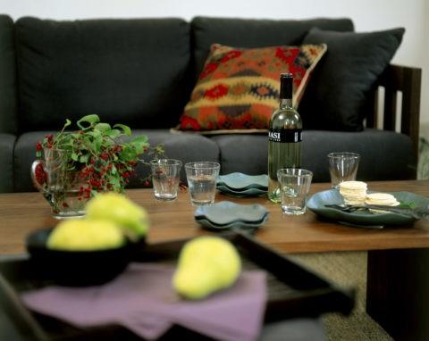 酒のあるテーブルとソファ