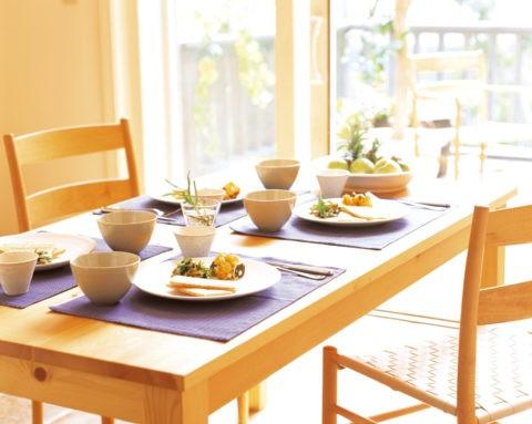 青いマットと白磁の食卓