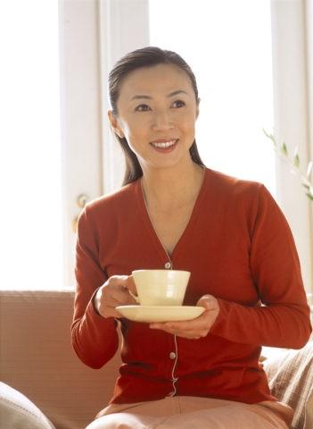 お茶を飲む40代女性