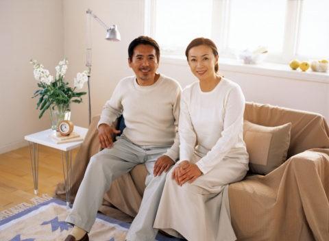ソファにすわる40代夫婦