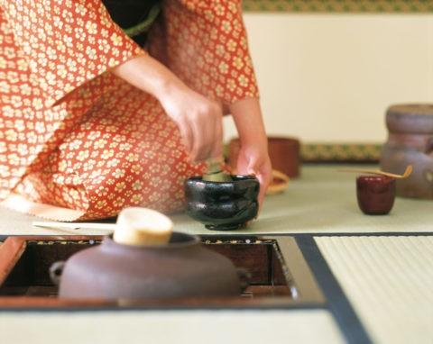 お茶をたてる女性の手