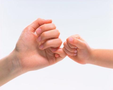 指切りをする母と子の手
