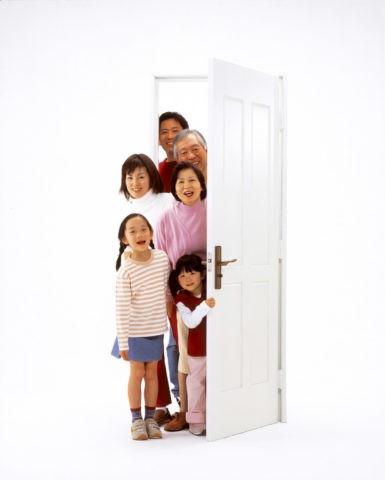 ドアから顔を出す三世代