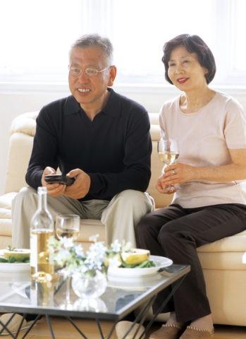 テレビを見る夫婦 熟年