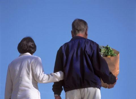 青空と夫婦 後ろ姿 熟年