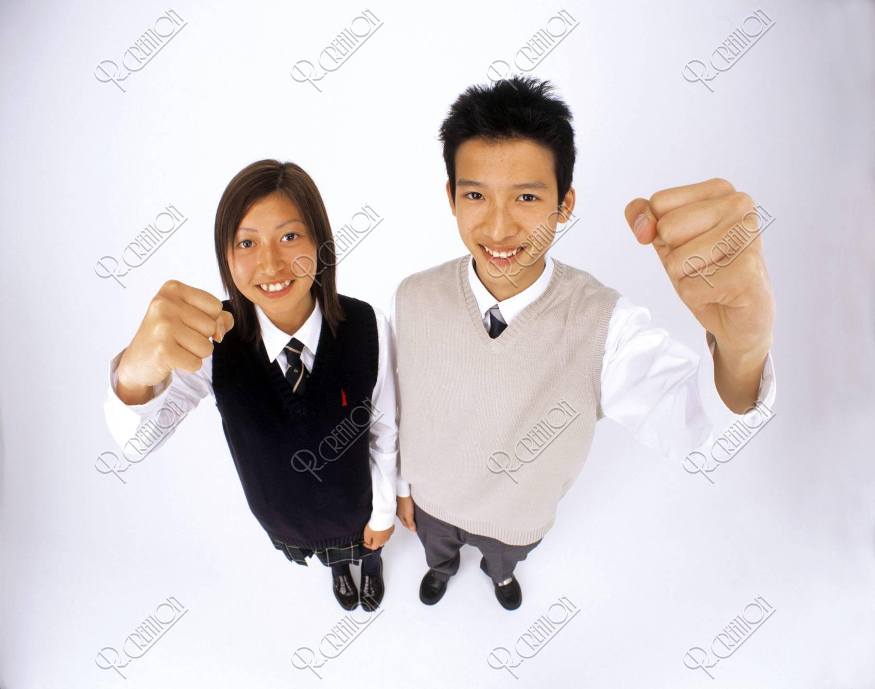 高校生のカップル ガッツポーズ