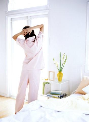 後ろ姿のパジャマの女性