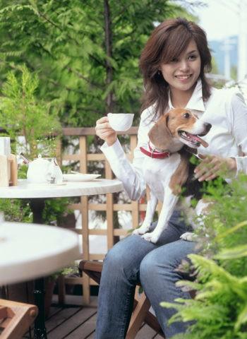ティータイムの女性と犬