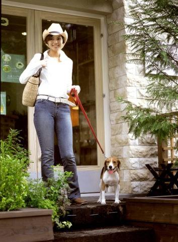 店から出る女性と犬