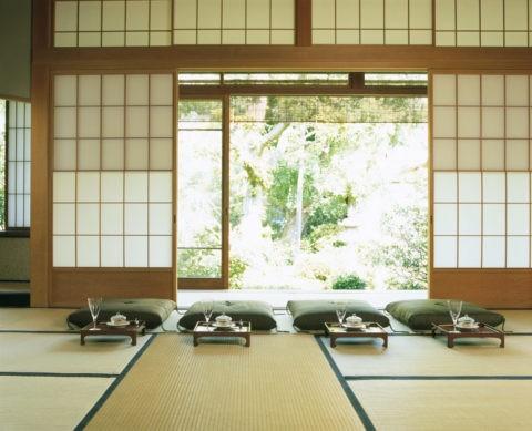 お膳の並ぶ和室