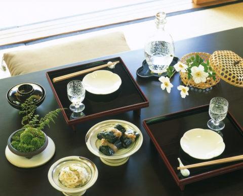 2つのお膳と秋明菊の机
