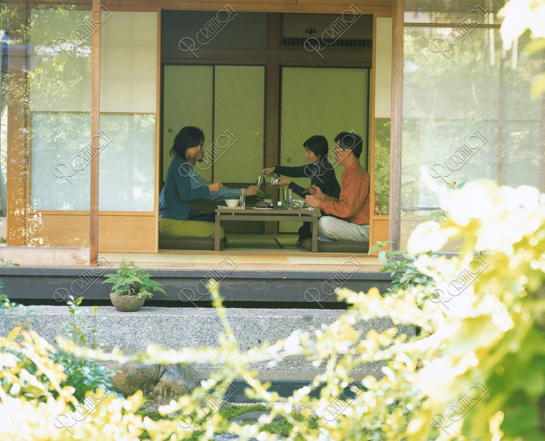 和室で食事をする人達