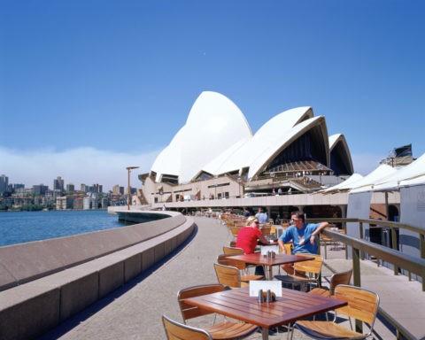 オペラハウスとカフェ