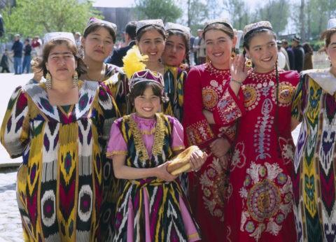 レギスタン広場民俗舞踊の女性達