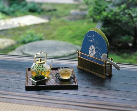 縁側の冷茶と団扇