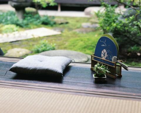 縁側の座布団と団扇